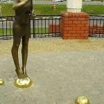 Скульптура девочки, пускающей мыльные пузыри