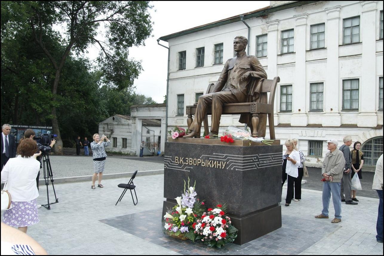 памятник Зворыкину в Муроме