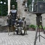 Памятник фотографирующейся семье в Белгороде
