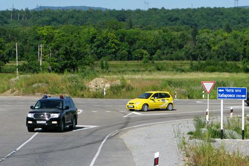 Желтая Лада Калина на дорога Чита-Хабаровск
